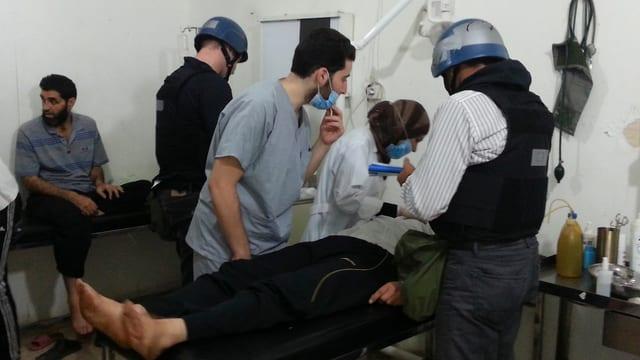UNO-Experten an einem Krankenbett in einem Spital.