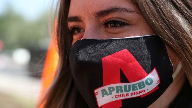 Frau mit Maske, darauf steht das Logo der Befürworter.