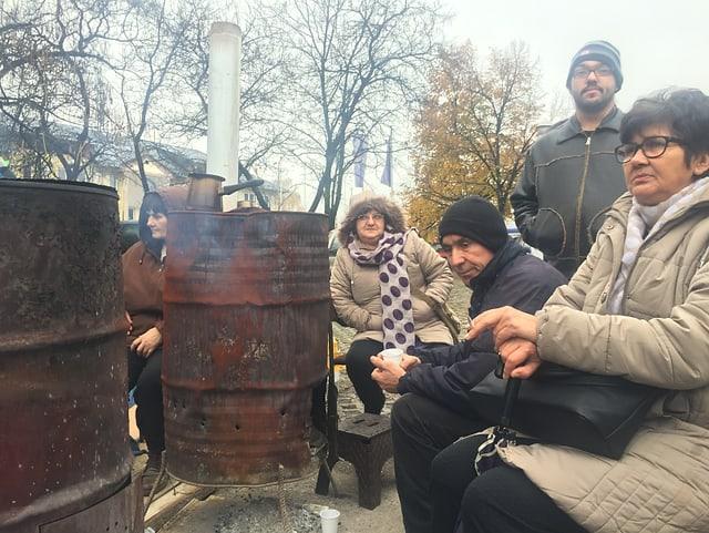 Feuer in zwei verrosteten Ölfässern wärmt die Demonstranten.