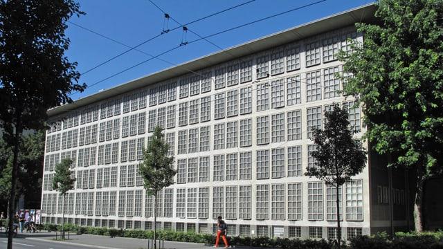 Blick auf die Fassade der Bibliothek.
