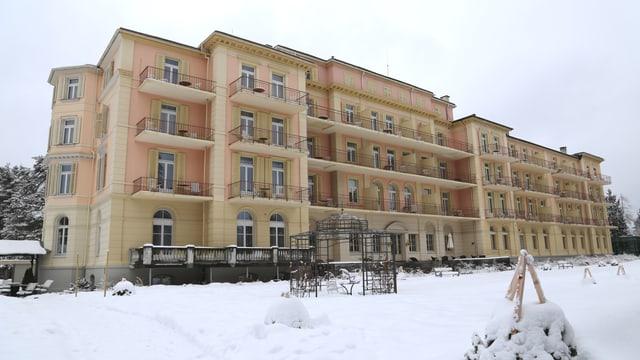 Il hotel Waldhaus a Flem è in hotel a la moda veglia cun grondas fanestras, la fatschada è mellen rosa.