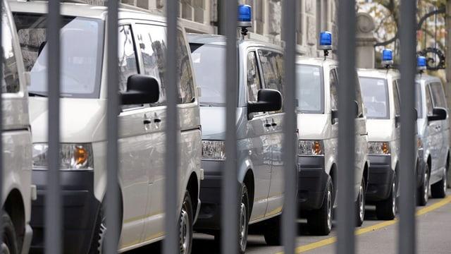 Eine Reihe von Polizeiautos vor der Hauptwache