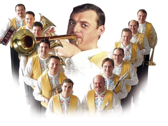 Vlado umrahmt von Musikerkollegen mit gelben Vestons.