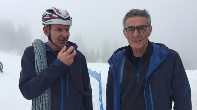 Da san. Giochen Bearth (cau-cursa) e Leo Condrau (president) da la Trofea Péz Ault.