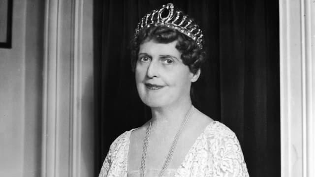 Porträt Florence Foster Jenkins mit Krone.