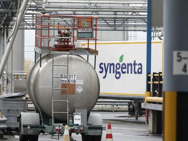 Installaziuns per la producziun da pesticids da la fabrica da Syngenta a Monthey en il Vallais.