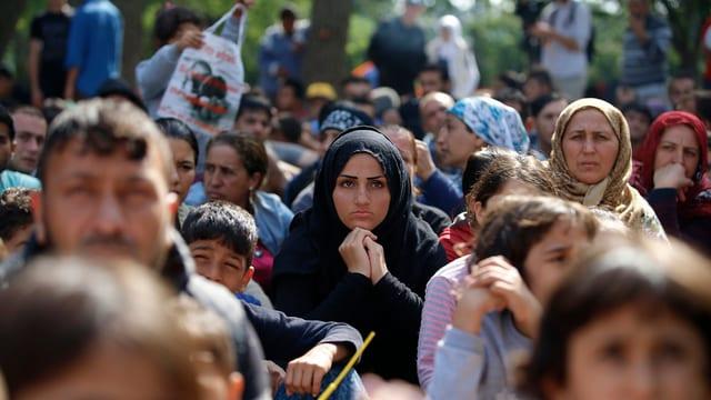 Fugitivs per gronda part oriunds da la Siria spetgan en la Tirchia da cuntinuar lur viadi vers l'Europa.
