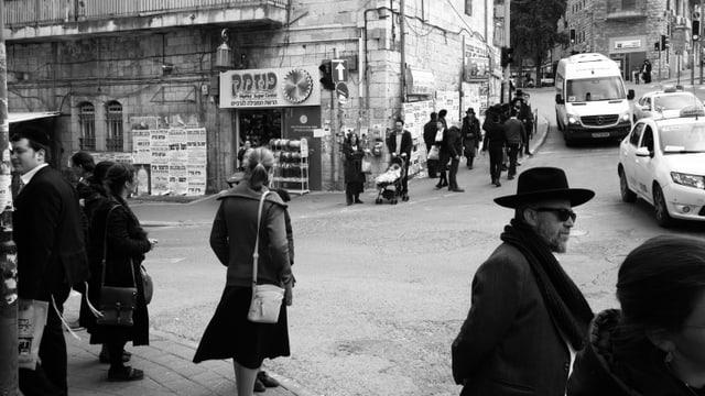 Frauen und Männer der Charedi an einer Strassenkreuzung im ultraorthodoxen Viertel Mea Shearim