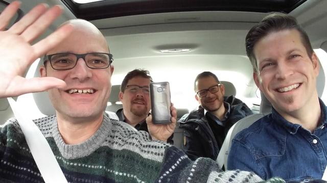 Reto Widmer mit zwei Kollegen und dem Volvo-Medienverantwortlichen auf Testfahrt, Smartphone in der Hand für Selfie, Hände weg vom Steuer.
