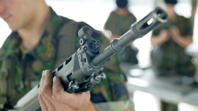 Sturmgewehr 90 in der Hand eines Armee-Angehörigen.