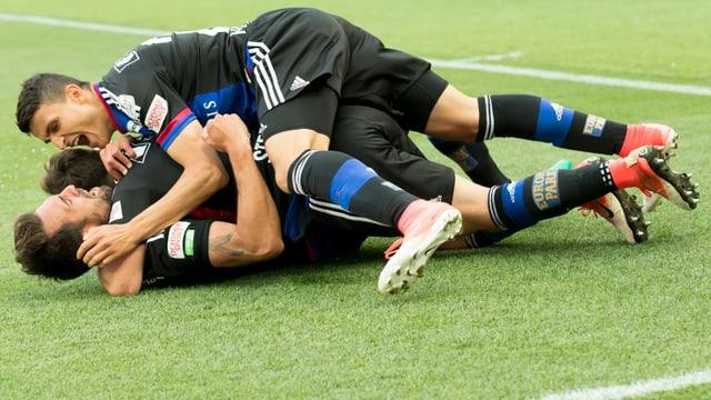 Basler-Spieler liegen sich in den Armen.