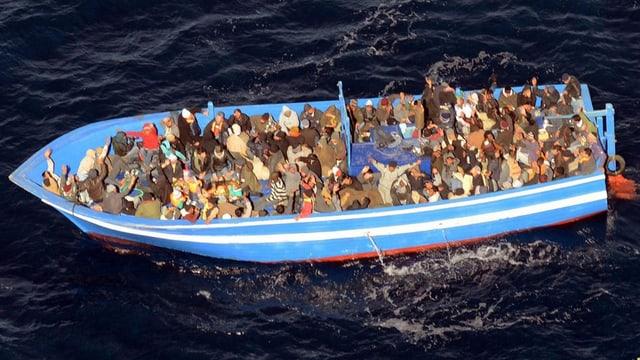 Ina da las navs cun fugitivs avant la costa taliana.