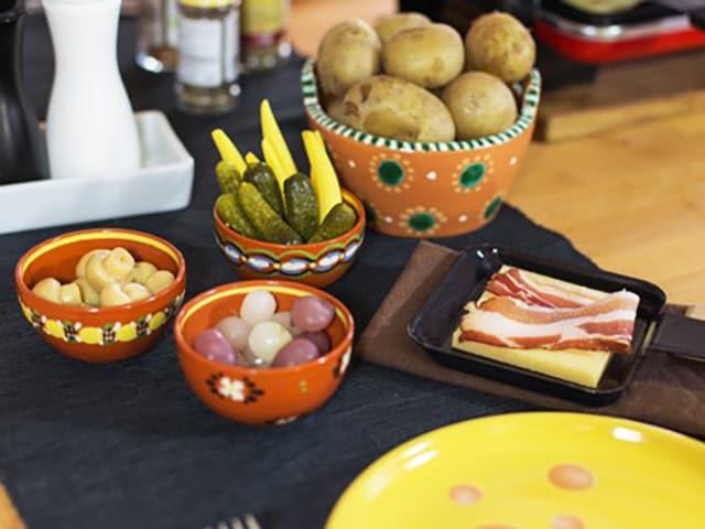Käse, Kartoffeln, Gurken, Zwiebeln für Raclette.