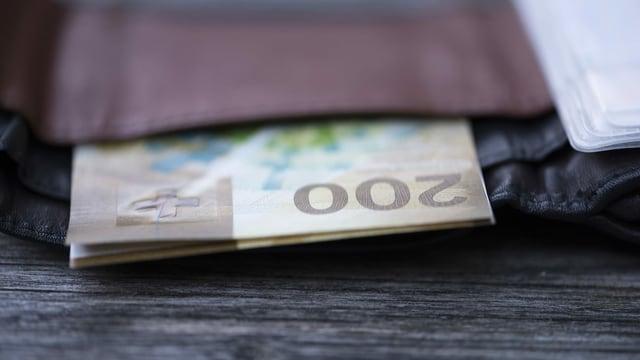 Bancnota da 200 francs en ina busta.