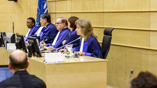 Fünf ICC-Richter in blauen Roben sitzen nebeneinander.