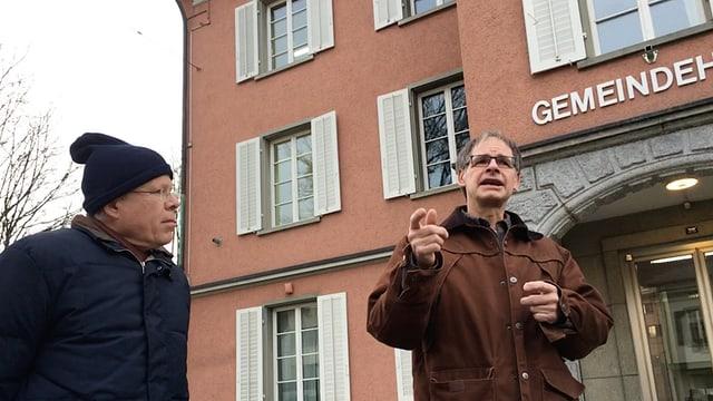 Gemeindepräsident Stephan Rawyler lauscht den Ausführungen von Einwohnerrat Thomas Theiler vor dem Gemeindehaus Neuhausen.