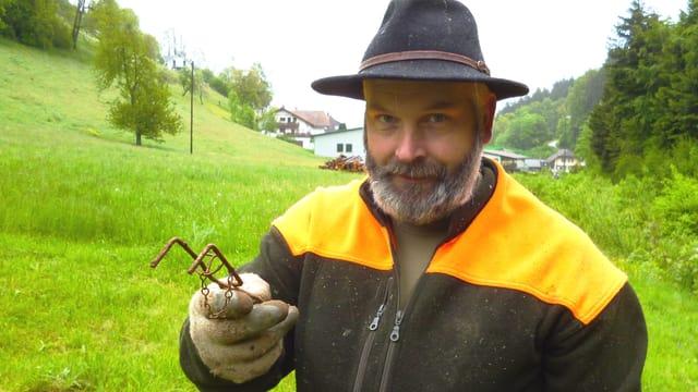 Profi-Feldmauser Robert Mosimann aus Biembach mit einer seiner zahlreichen Fallen.