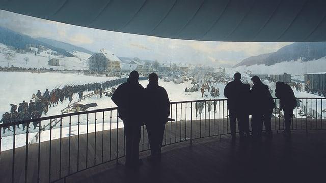 Besucher betrachten das Rundbild vom Balkon aus.