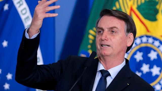 Bolsonaro spricht und gestikuliert.