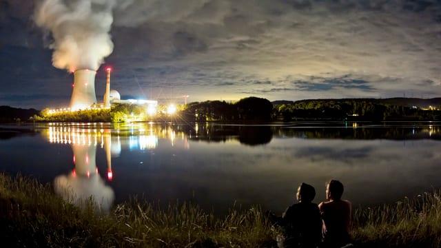 Atomkraftwerk Leibstadt in der Nacht.