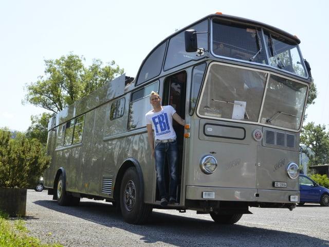 Mit seinem Zwillingsbruder hat er den FBW Flughafenbus zum Luxus-Camper umgebaut. «Wir müssen nie fragen, ob jemand mitfahren will. Die Leute laden sich gleich selber ein!»