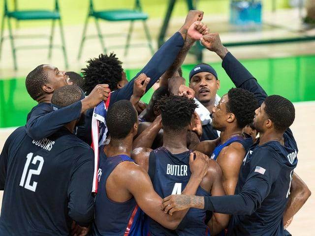 Die amerikanischen Basketballer feiern Olympia-Gold 2016.