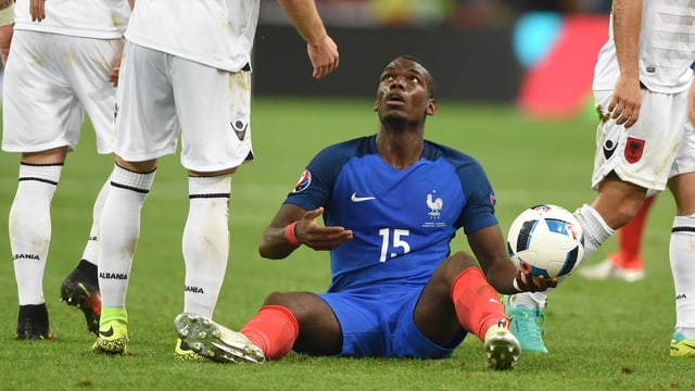 Paul Pogba sitzt am Boden.