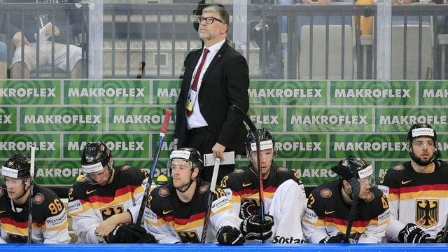 Die deutsche Ersatzbank um Trainer Pat Cortina mit unglücklichen Gesichtern.