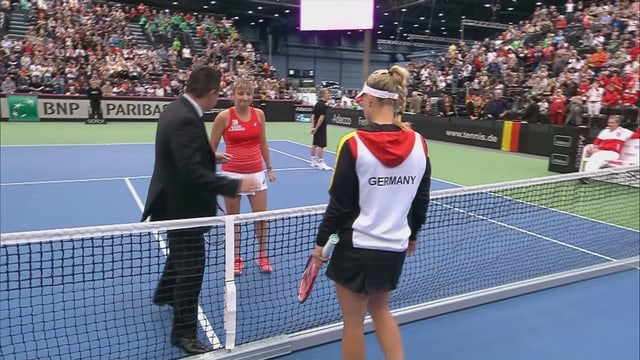 Die Spielerinnen und der Schiedsrichter losen die Platzseiten aus.