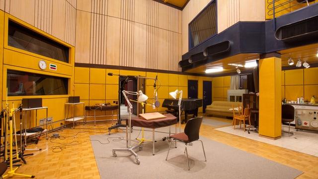 Hörspielstudio H3 im SRF-Studio Basel. Links hinter den horizontalen Fenstern ist die Regie untergebracht. Von dort aus kommen die Regieanweisungen für die Akteurinnen und Akteure im Studio, die lesen, schauspielern, musizieren und/oder Geräusche machen.