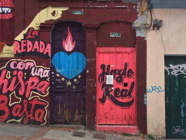 Graffiti an Hauswänden der kolumbianischen Hauptstadt Bogota.