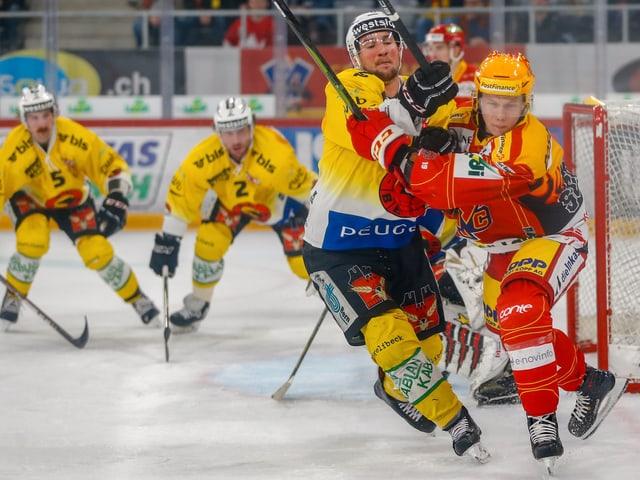 Zweikampf im Spiel zwischen Biel und Bern.