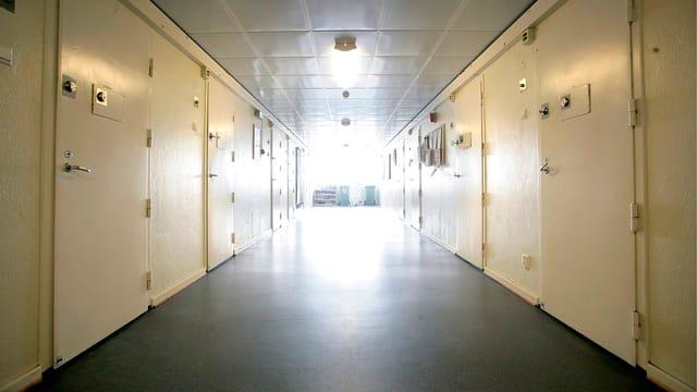 Gang mit Türen in einem Gefängnis.