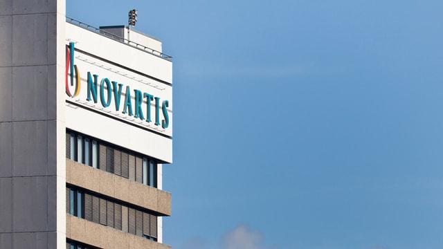 Gebäude mit Novartis-Logo