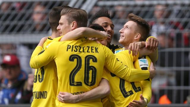 Spieler von Borussia Dortmund jubeln.
