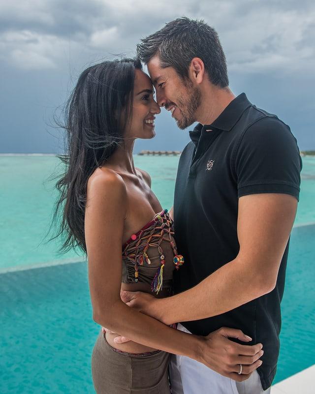 Moderator Max Loong und seine Ehefrau Sepideh verliebt mit Meer im Hintergrund.