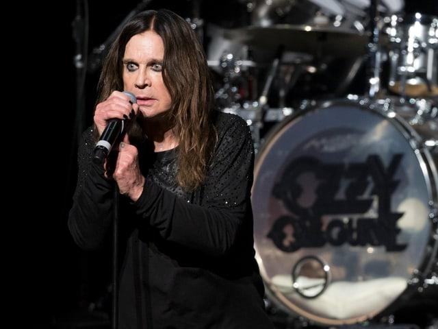 Ozzy Osbourne am Singen.
