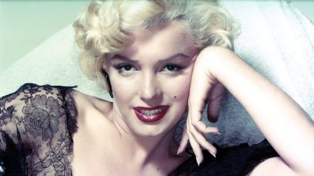 Marilyn Monroe posiert liegend für ein Foto.
