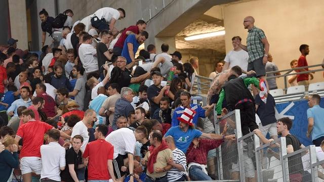 Fans klettern im Spation über Absperrungen.
