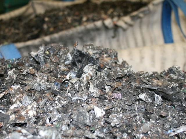 Batterie-Kleinstteile werden für den Abstransport in Säcken bereitgestellt.