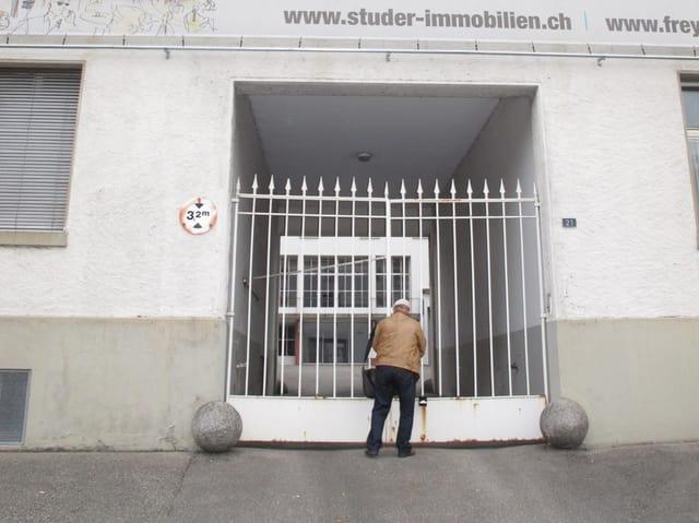 Stefan Frey öffnet das Tor zur ehemaligen Fabrik.