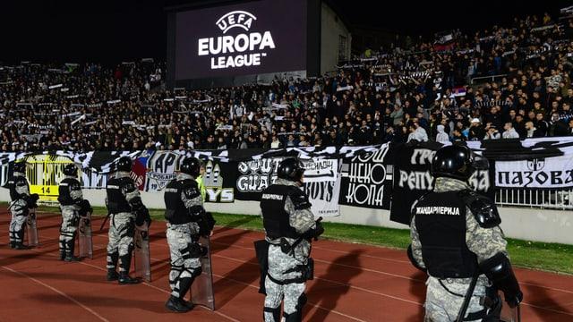 Polizei vor der Partizan-Fankurve