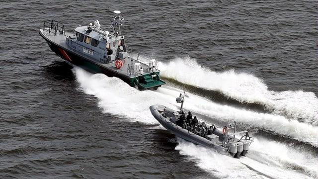 La marina finlandaisa sin la tschertga d'in sutmarin nunenconuschent en la mar avant Helsinki.