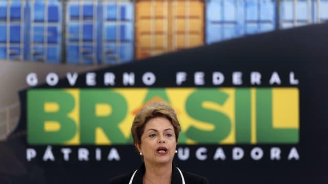Roussef hält eine Ansprache vor einem grossen Schild, auf dem «Governo federal Brasil» steht.
