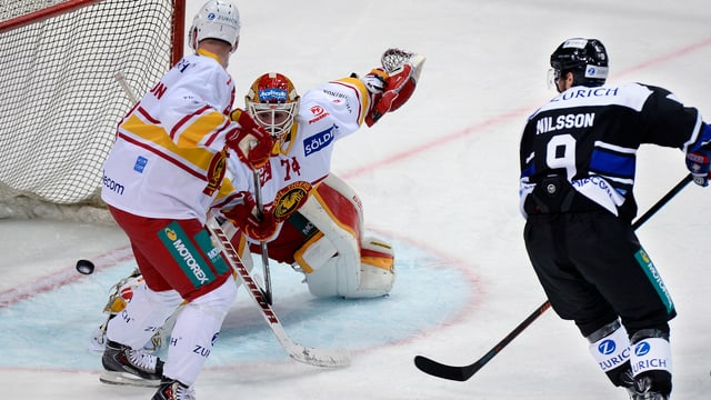 Der Puck kullert hinter Goalie Ivars Punnenovs über die Linie.