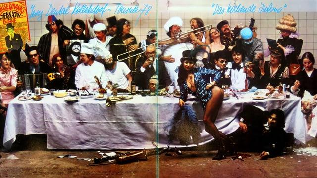 Plattencover: Grosse Tafel, viele Leute (verrückt gekleidet) mit Instrumente und im Vordergrund eine leicht bekleidete Frau