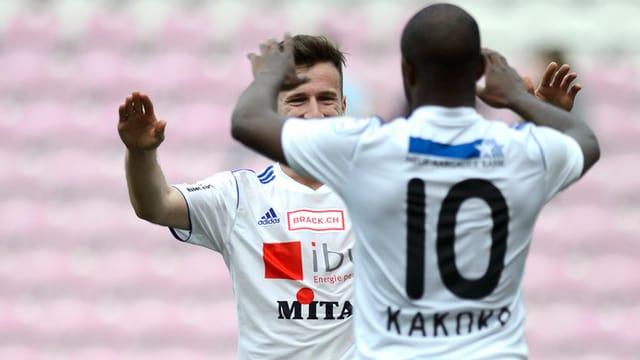Zwei Spieler des FC Wohlen klatschen sich ab