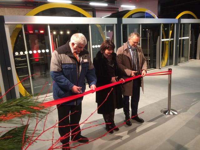 Bundespräsidentin Doris Leuthard trennt das rote Band zur Eröffnung der neuen Stoosbahn.