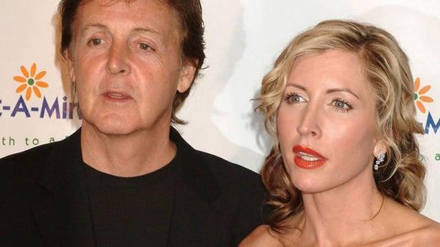 Heather Mills mit Paul Mc Cartney vor einer Fotowand