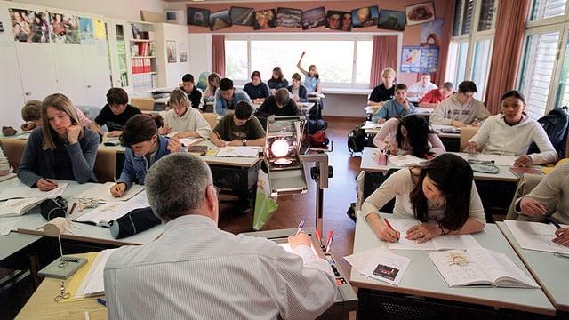 Lehrer gibt Unterricht im Klassenzimmer.